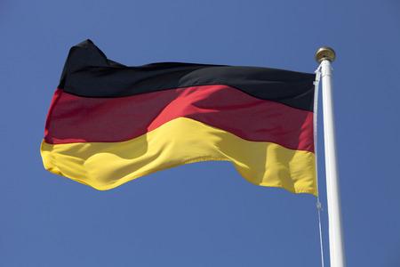 deutschland fahne: Deutschland-Flagge im Wind fliegen, tiefblauen Himmel