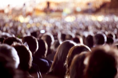 Stor skara människor tittar på konsert eller sportevenemang Stockfoto