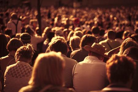 big: Gran multitud de gente mirando concierto o el deporte Foto de archivo