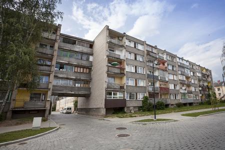 ラトビア、ダウガフピルスの古いソビエト ブロック アパート