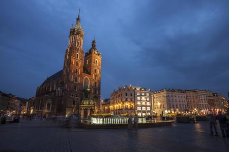 main market: Chiesa di S. Maria a Cracovia Piazza del Mercato durante il tempo di Twilight