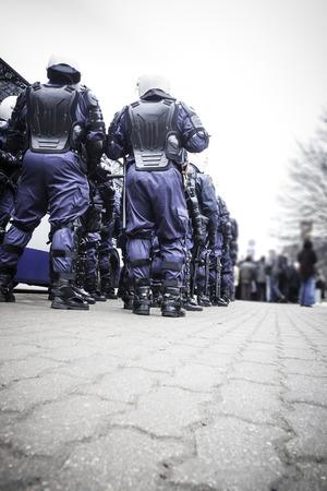 guardia de seguridad: Unidad de las fuerzas especiales de la polic�a antidisturbios en espera de �rdenes. Foto de archivo