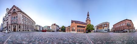 licenciatura: Skyline vista panorámica de 360 ??grados de la ciudad antigua bóveda de Riga Plaza Durante el tiempo de amanecer. Montaje de 47 imágenes HDR