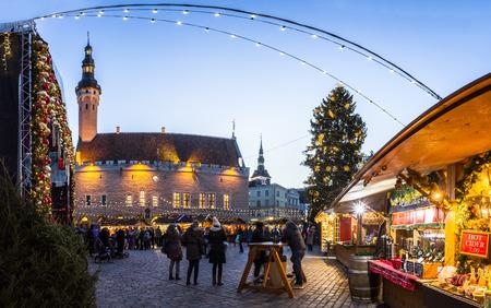 De traditionele kerstmarkt in Tallinn oude stad. HDR-afbeelding. Lange tijd blootstelling met motion blur.