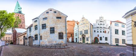 Cathédrale Basilique Saint-Jacques et trois maisons des frères dans la vieille ville de Riga, Lettonie. Montage panoramique de 18 images HDR