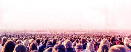 Foto panorámica de la gran multitud de personas. Velocidad de obturación lenta con el desenfoque de movimiento.