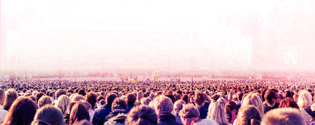 Foto panoramica di una grande folla di persone. Rallentamento della velocità dell'otturatore con sfocatura di movimento.