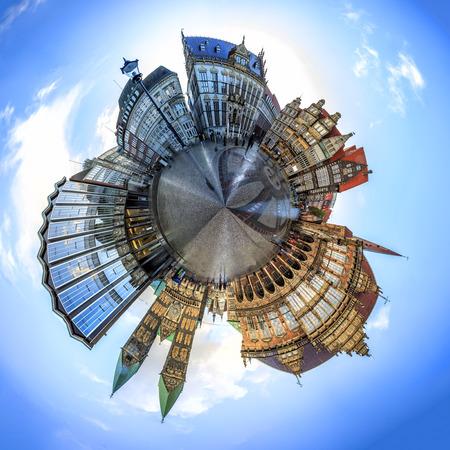 Uiterst kleine planeet met Skyline van het belangrijkste marktplein van Bremen in het centrum van de Hanzestad, Duitsland. 360 graden panoramische montage van 27 afbeeldingen Stockfoto