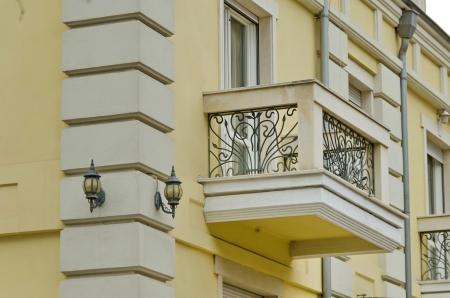 baranda para balcon: Renovación fragmento edificio - balcón con barandilla de metal y ornamento accesorio de iluminación de la pared. Sofía, Bulgaria. Foto de archivo
