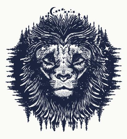 Leone nel tatuaggio del cielo notturno. Simbolismo, turismo, avventura. Design t-shirt del leone Archivio Fotografico - 68759592