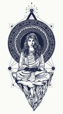Chica medita en el arte del tatuaje vuelo de montaña. El espacio infinito, símbolos de meditación, los viajes, el turismo, al aire libre. Yoga practicante de diseño de la camiseta