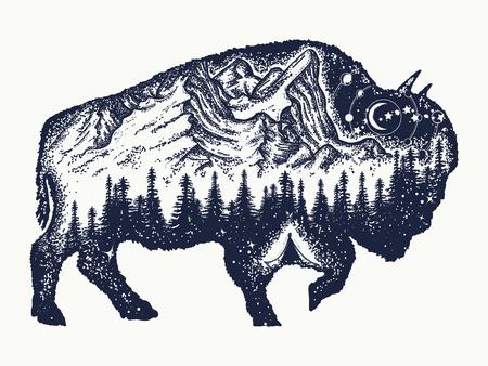 Bison tatuaggio art. Simbolo di viaggio del toro bufalo, turismo avventura. Montagna, foresta, cielo notturno. Magia bisonte magiche doppie esposizioni animali
