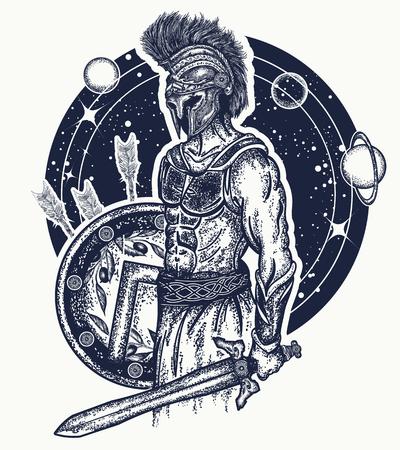 Gladiatore spartano guerriero che detiene la spada e l'arte del tatuaggio dello scudo. Simbolo di coraggio, forza, esercito, eroe. Maglietta Spartan warrior t-shirt. Legionario dell'antica Roma e antica Grecia