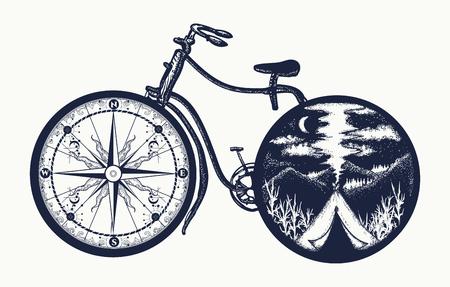 Fiets tattoo kunst. Symbool van reizen, toerisme, avontuur, kamperen. Kompas en bergen in fietswielen t-shirt ontwerp Vector Illustratie