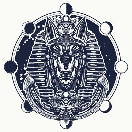 Anubis- en maanfase-tatoeage en t-shirtontwerp. Het oude Egypte Anubis, god van de oorlog, Gouden masker van de farao, symbool van de volgende wereld, koninkrijk van dode tattoo-kunst