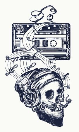 인간의 두개골 및 오래 된 오디오 카세트 문신입니다. 이어폰에서 수염 난 hipster의 해골 음악을 수신 대기합니다. 팝 음악의 상징, 디스코 티셔츠 디자