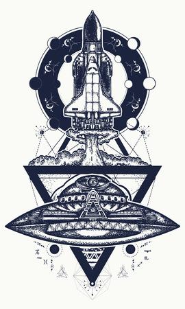 Vliegende ruimteschip en UFO-tattoo. Vlucht naar nieuwe sterrenstelsels, ruimteonderzoeken, grenzeloos universum. Ruimtependel die op het ontwerp van de opdrachtst-shirt van start gaat