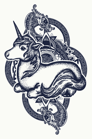 Eenhoorn en draak tattoo kunst. Symbool van dromen, verhalen, fantasieën. Eenhoorn en tribal draak in T-shirt design in Keltische stijl