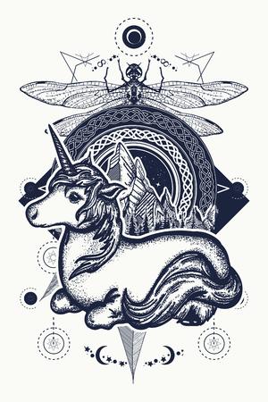 Magische eenhoorn, libel en bergen in de cirkel-tatoeage, Keltische stijl. Geweldig buiten. Symbool van dromen, verhalen, fantasieën, avontuurlijk toerisme. Eenhoorn en stammenlibel in Keltische stijl