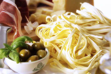 foodstill: Fresh tagliatelle, Parma ham and green olives LANG_EVOIMAGES