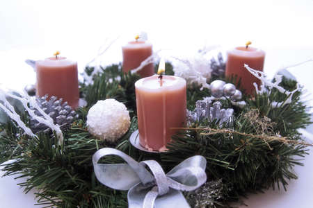 the advent wreath: Velas en corona de Adviento, primer plano