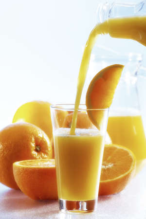 citrons: Orange juice been poured into glass LANG_EVOIMAGES
