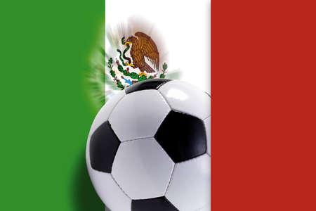 bandera de mexico: Bal�n de f�tbol contra la bandera mexicana