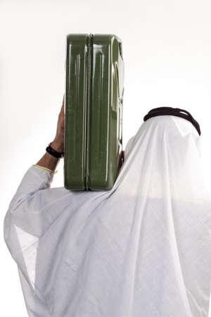 petrol can: El hombre con un vestido tradicional �rabe, gasolina puede llevar en el hombro, vista posterior