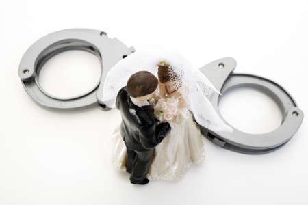s trap: Wedding couple figurines and handcuff LANG_EVOIMAGES