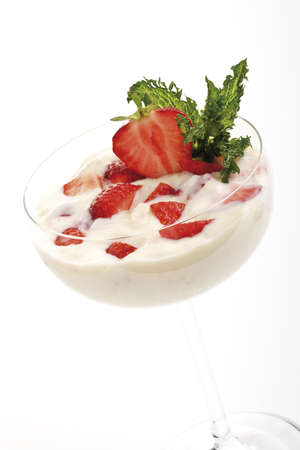 interiour shots: Strawberry cream in bowl, close-up LANG_EVOIMAGES