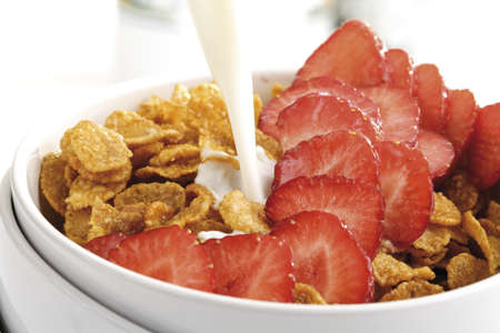 cornflakes: Cornflakes and strawberries in bowl, close-up LANG_EVOIMAGES