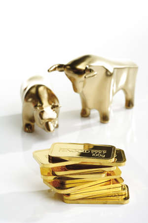 conformance: Bull and bear sculptures by gold bars LANG_EVOIMAGES