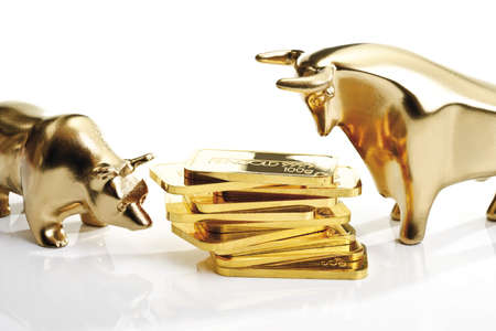 Bull and bear sculptures by gold bars LANG_EVOIMAGES