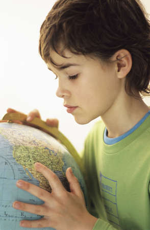 chellange: Boy with globe LANG_EVOIMAGES