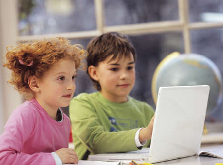 chellange: Boy and girl (6-9) using laptop