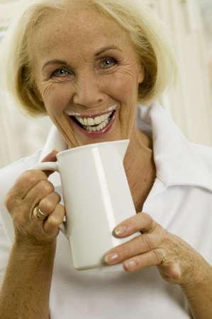 bureta: Superior de la leche Mujer bebiendo, primer plano, retrato LANG_EVOIMAGES