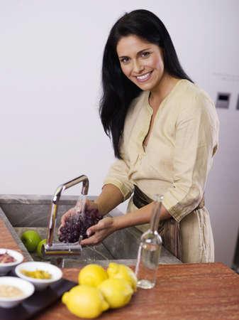 citrons: Woman washing fruit