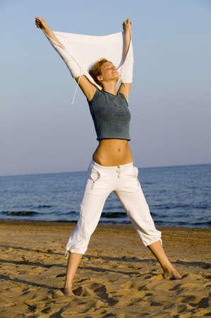 jambes �cart�es: Jeune femme qui s'�tend sur la plage, les jambes �cart�es