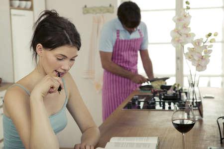 relaciones laborales: Mujer que trabaja en la cocina, el hombre de cocci�n LANG_EVOIMAGES