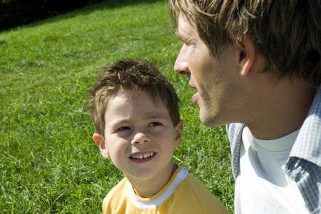 소년 (4-7) 아버지를 듣고, 근접 촬영