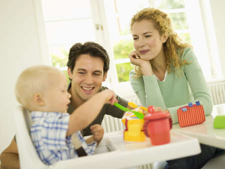 hauteur: Young family with baby boy, (12-24 months) LANG_EVOIMAGES