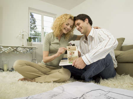 interiour shots: Young couple in living room LANG_EVOIMAGES