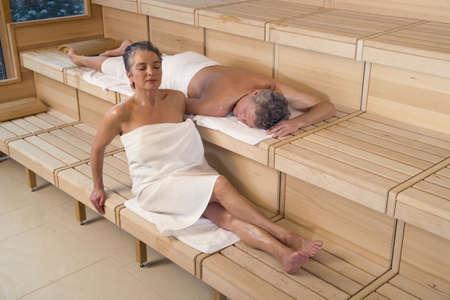 sauna nackt: �lteres Paar in der Sauna