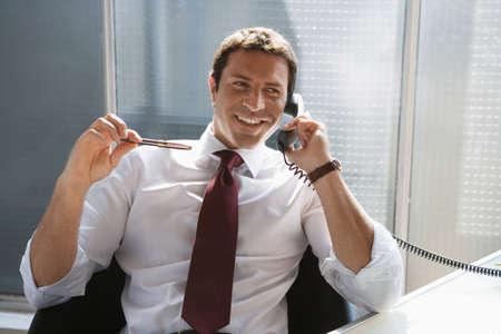 workspaces: Hombre de negocios usando un tel�fono