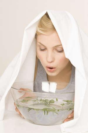 젊은 여자 흡입 증기, 세로 LANG_EVOIMAGES