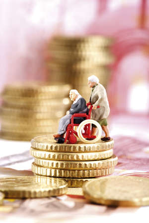 oap: Figurines, senior citizens, on coins LANG_EVOIMAGES