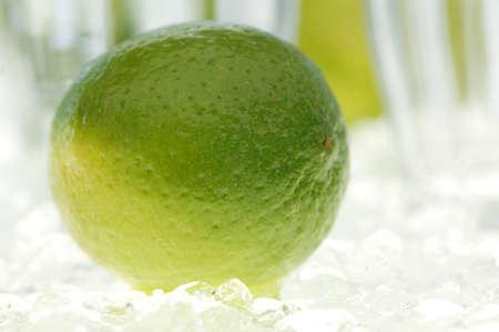 ice crushed: Enkele kalk fruit en water glas op gemalen ijs, close-up