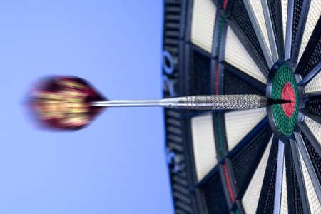 exactitude: Dart Hitting Bullseye on Dartboard LANG_EVOIMAGES