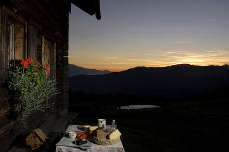 alpine hut: Tabla con pan y queso en frente de la caba�a alpina