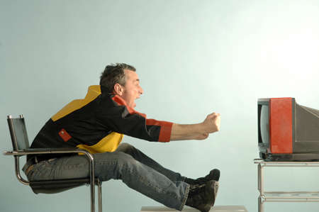 age 40 45 years: Soccer fan in front of a tv LANG_EVOIMAGES